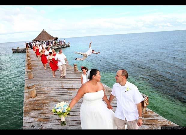 hombre se avienta al agua en foto de boda