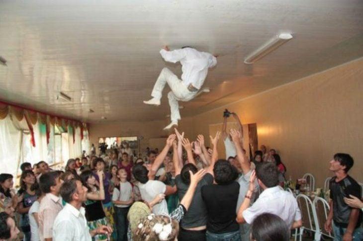 avientan al novio y se golpea en el techo