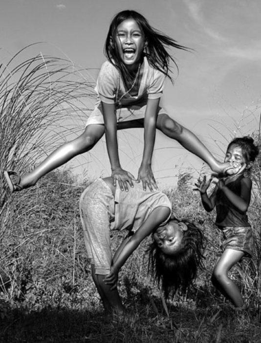 niña brincando a otra niña