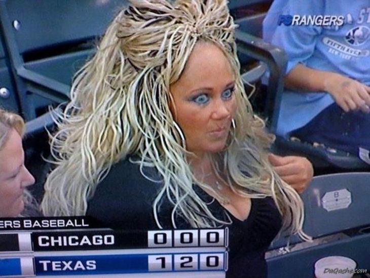 mujer con el cabello alborotado rubio