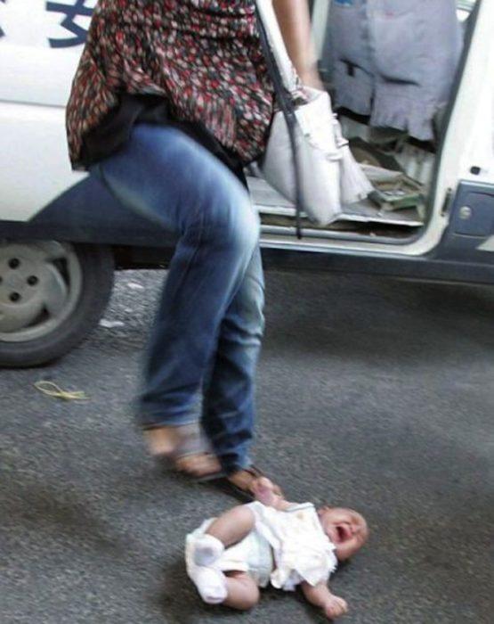 mujer a la que se le cae el bebé