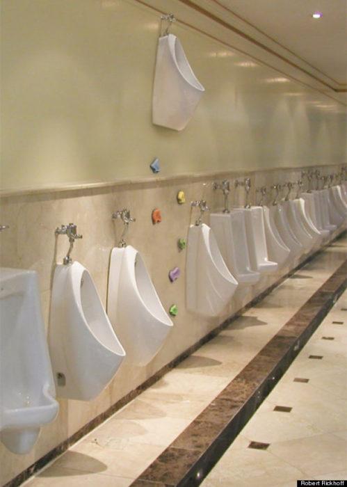 urinario alto al qque solo se llega escalando