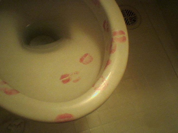 inodoro con besos marcados