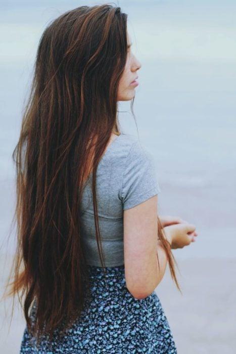 mujer con el cabello largo de espaldas