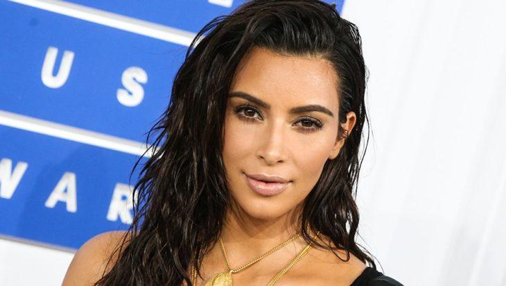 kim kardashian con cabello estilo mojado