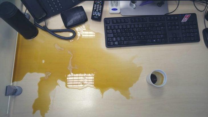 café tirado en un escritorio
