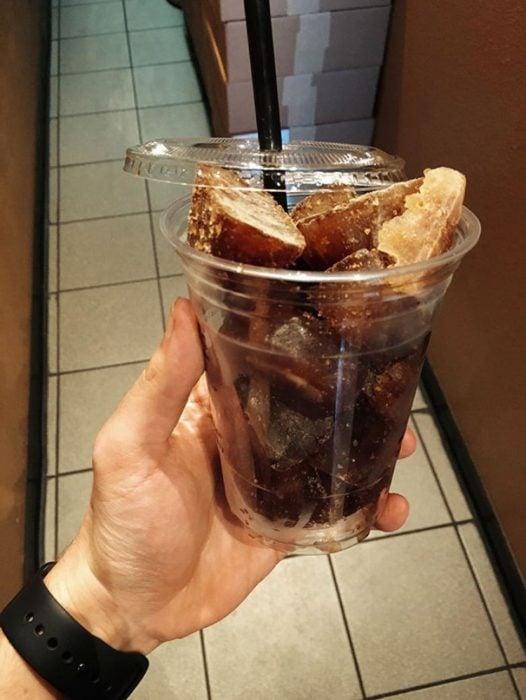 café helado con café congelado en cubos