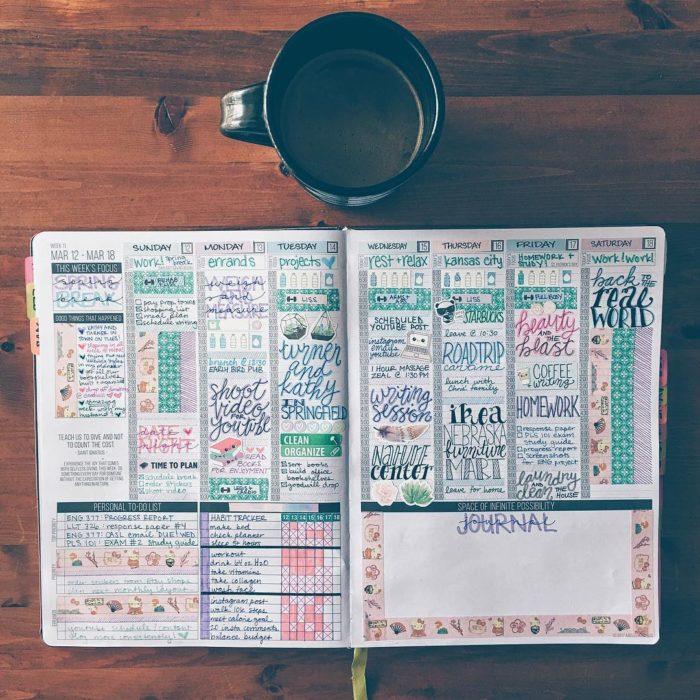 libreta abierta y taza de café