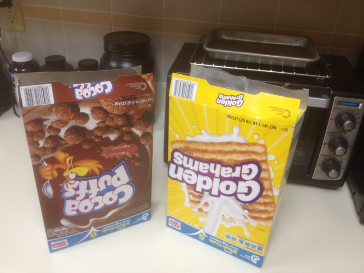 dos cajas de cereal abiertas al revés