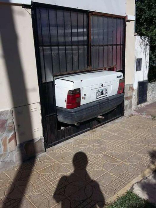 parte trasera de camioneta sobresale de la cochera
