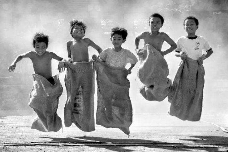 niños jugando carreras de sacos