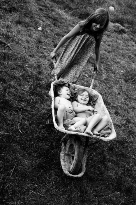 niños jugando con una carrucha