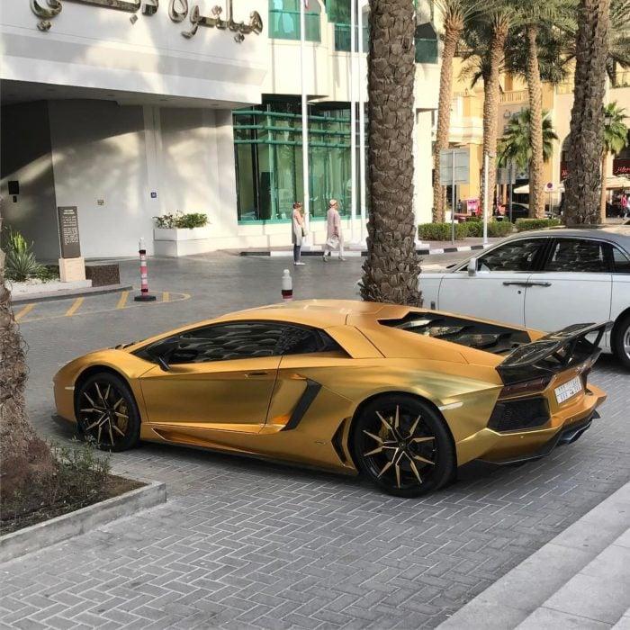 auto moderno dorado en dubai