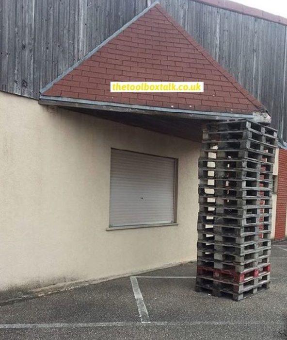 rejas de madera sostiene tejado d euna casa