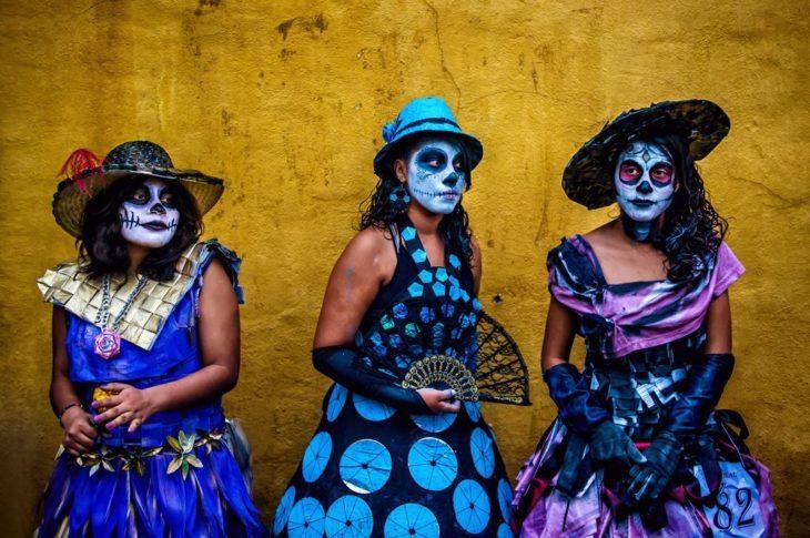 tres mujeres disfrazadas de catrina