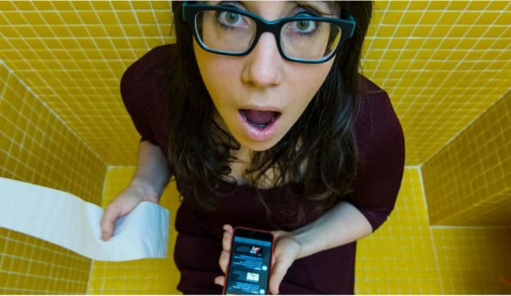 muchacha con celular en el baño