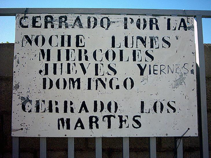 cartel que dice cerrado el lunes martes miércoles jueves y viernes