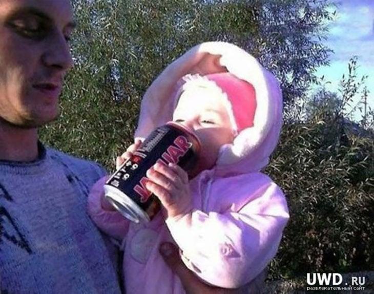 bebé tomando cerveza
