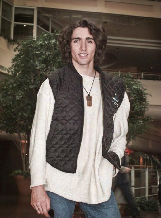 justin trudeau de joven con el cabello largo