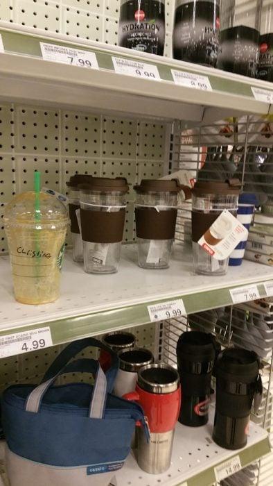vaso vació de café en un estante del centro comercial