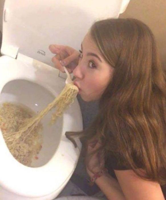 mujer comiendo del inodoro