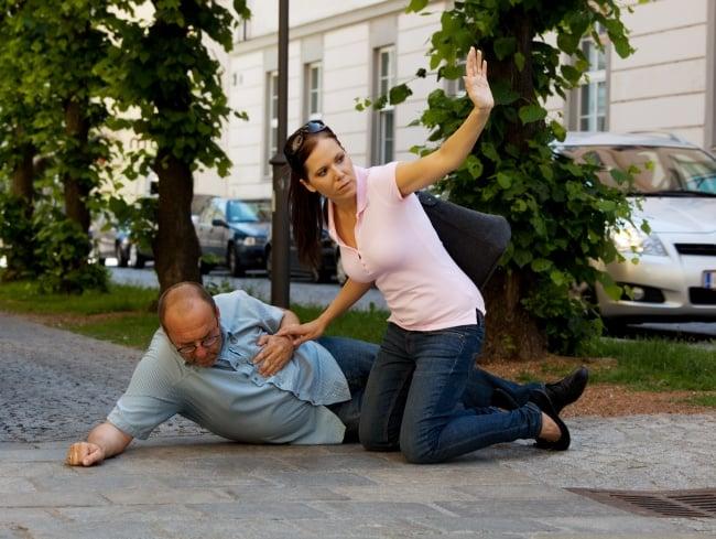 efecto multitud hombre se cae mujer lo ayuda