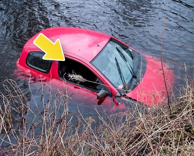 auto hundido atrapado