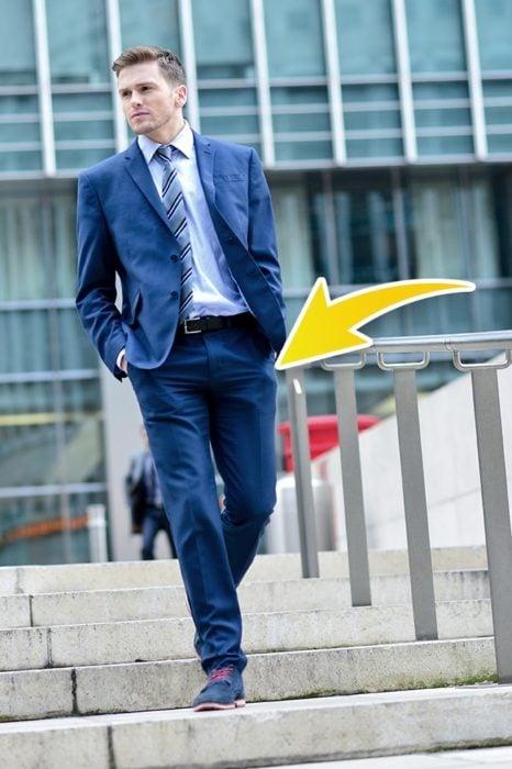 escaleras hombre bajando manos en los bolsillos