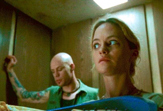 mujer en el elevador con un hombre sospechoso