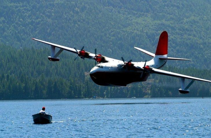 avión cerca del lago