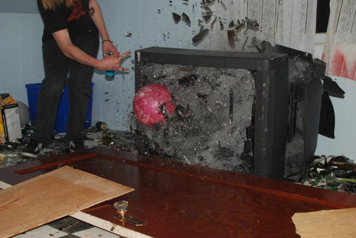 televisión rota pelota