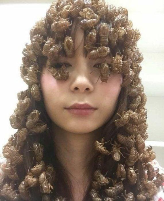 mujer con cucarachas en la cabeza