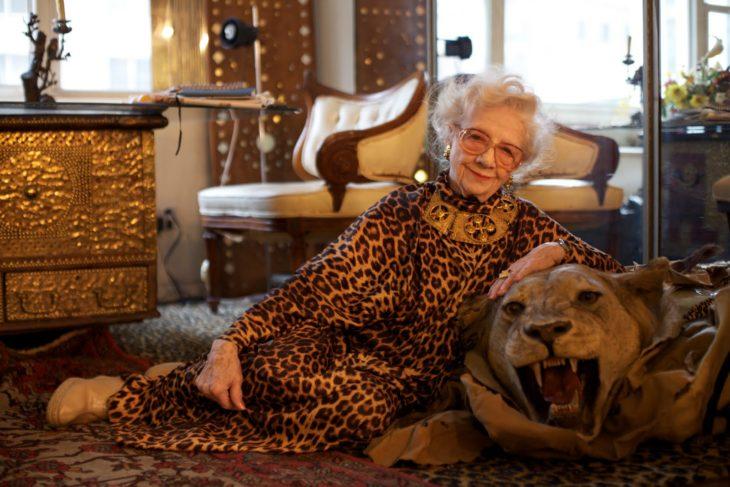 abuela vestida de felino