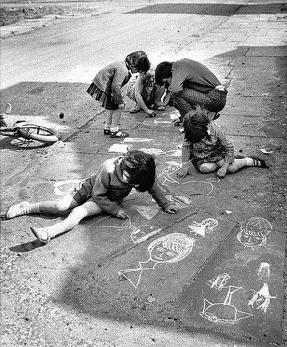 niños pintando el suelo