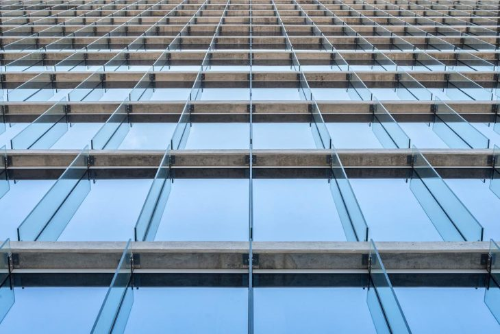 parte de edifico en el que se ven las ventanas