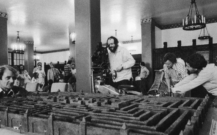 hombre filmando la maqueta de un laberinto