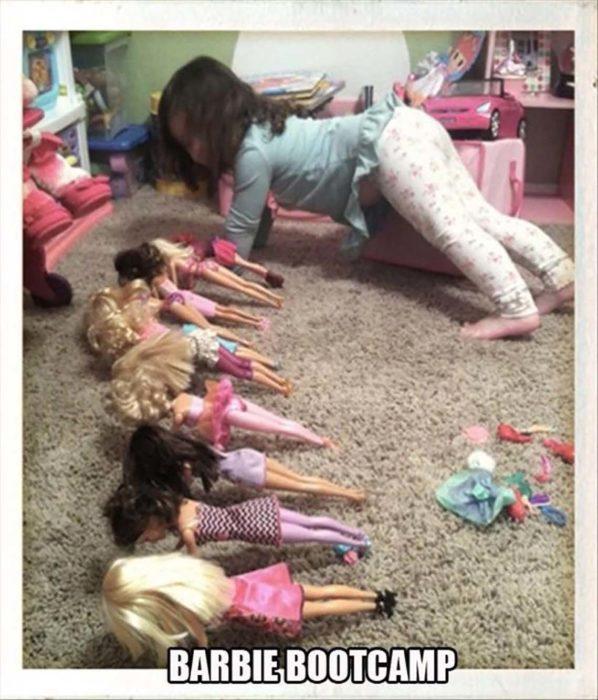 niña haciendo lagartijas con sus muñecas