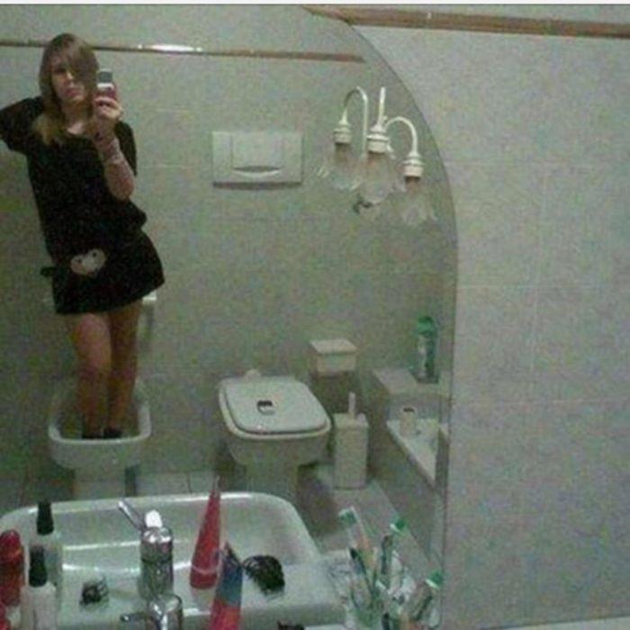 mujer se toma una selfie dentro de un inodoro