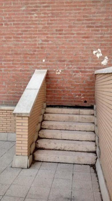 pequeña escalera que se dirige a una pared