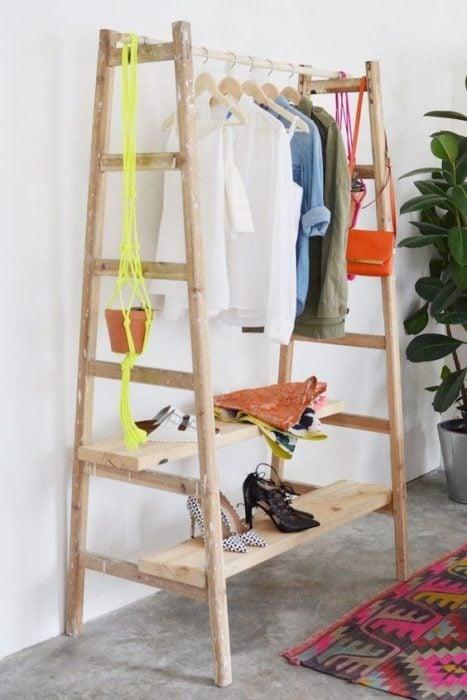 armario hecho de dos escaleras