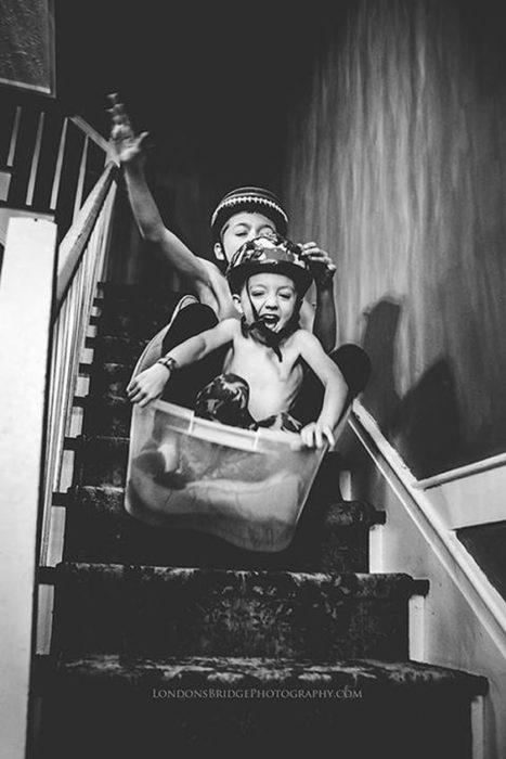 niños jugando en una escalera