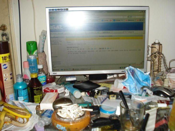 escritorio desordenado