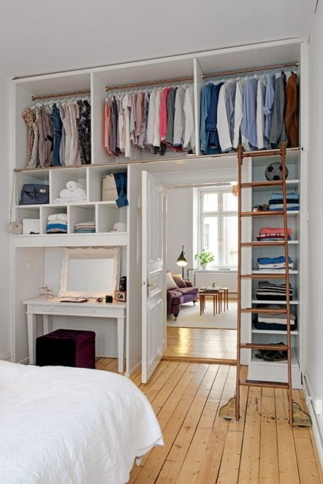 closet con estantes altos
