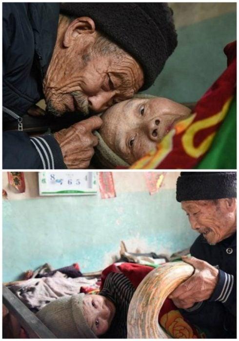 anciano cobija a una anciana