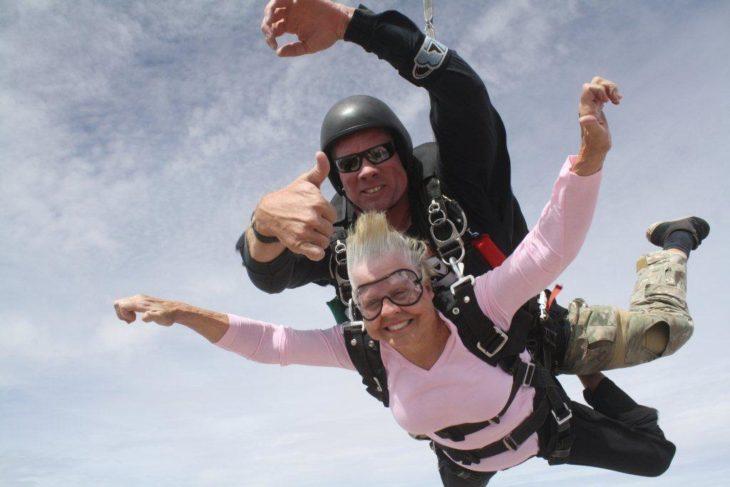abuela haciendo paracaidismo