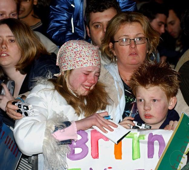 niña llorando de emoción en un concierto