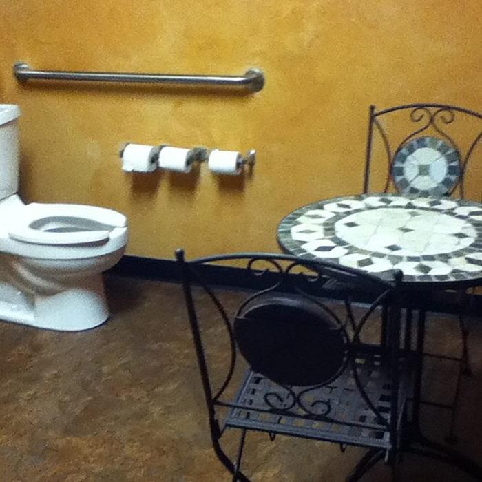 baño con una mesa y dos sillas