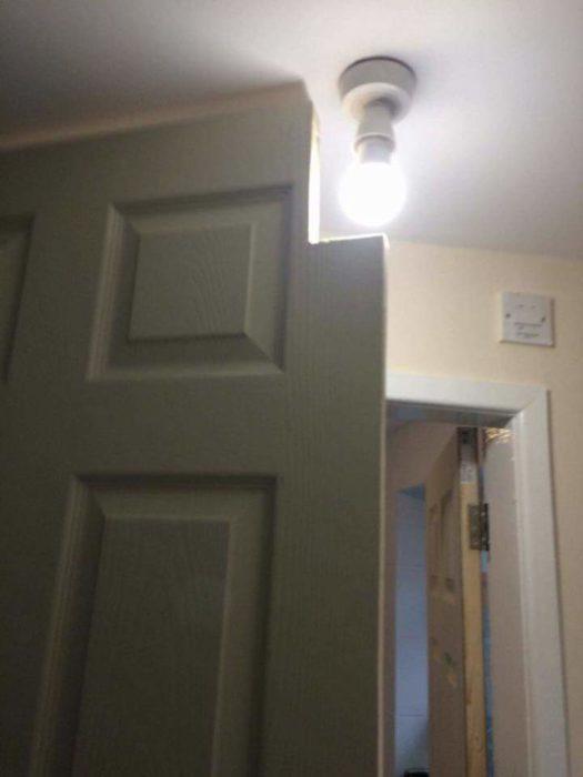 puerta a la que le hicieron una ranura para que pudiera pasar a través de un foco
