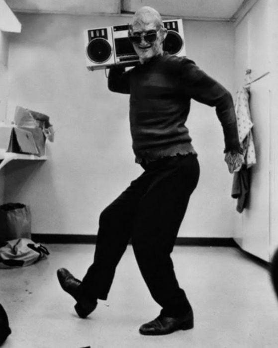 Freddy Krueger con una grabadora