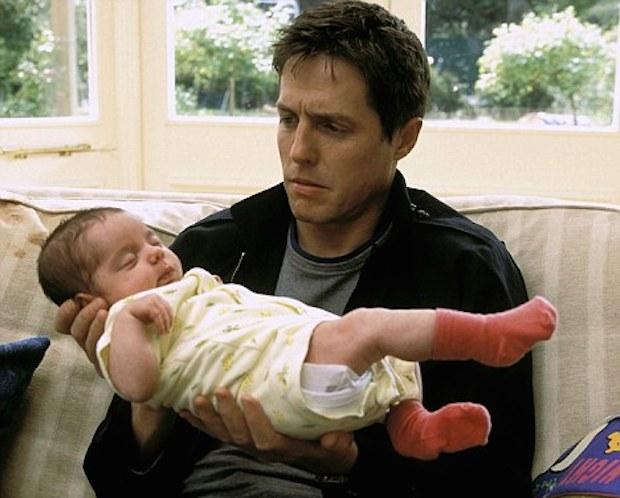 hug grant sostiene a un bebé